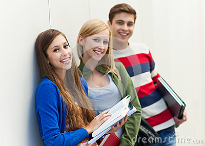 Estudiantes que sostienen sus libros