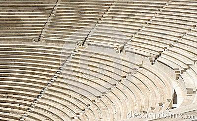 Etapas de pedra velhas do amphitheatre antigo da escadaria