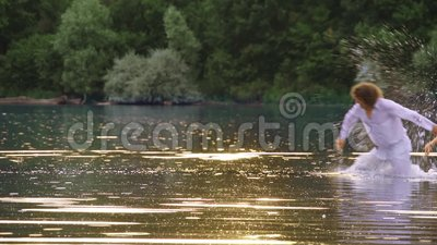 Ett älska plaskande vatten för par i en sjö i sommar lager videofilmer