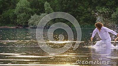 Ett älska plaskande vatten för par i en sjö i sommar arkivfilmer