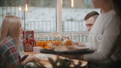 Ett par i kaféet åt lunch i restaurangen och pratar med varandra - varmare går förbi lager videofilmer
