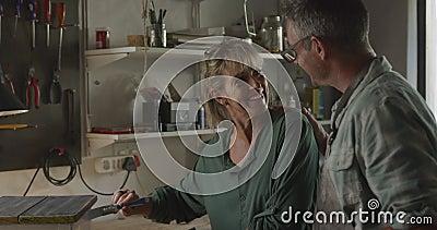 Ett par som gör DIY hemma stock video