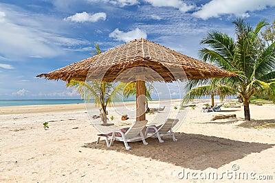 Ett slags solskydd på den tropiska stranden