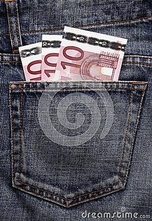 Dinheiro de bolso do Euro na calças de ganga