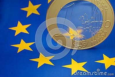 Euromünze auf europäischer Markierungsfahne