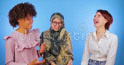 Europäisch, afrikanisch und aktiv sind die Unterhaltung moslemisch, die auf einem blauen Hintergrund lokalisiert wird Internation stock video footage