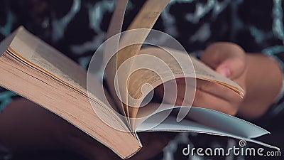Europäisch-aussehendes Mädchen, das ein Buch liest stock footage