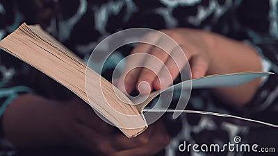 Europ?isch-aussehendes M?dchen, das ein Buch liest stock video