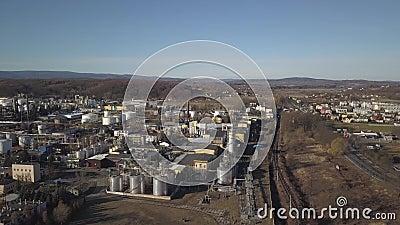 Europa Gör ren av ett oljeraffinaderi Sikt från höjden av fågelns palett Skytte med en quadcopter, ett flygplan, surr, aer stock video