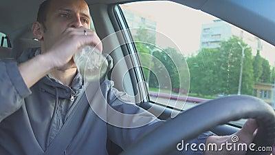 Excitador bêbedo O fim acima do tiro do homem beber a vodca quando no carro Perigo na estrada vídeos de arquivo