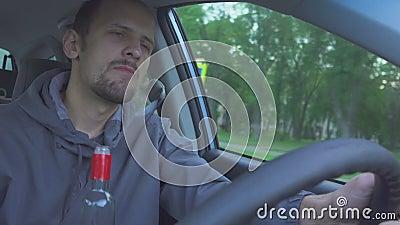 Excitador bêbedo o homem está conduzindo e está dançando O fim acima do tiro do homem beber a vodca quando no carro Perigo na est filme
