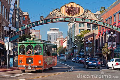 Excursão do trole no distrito de Gaslamp em San Diego Foto de Stock Editorial