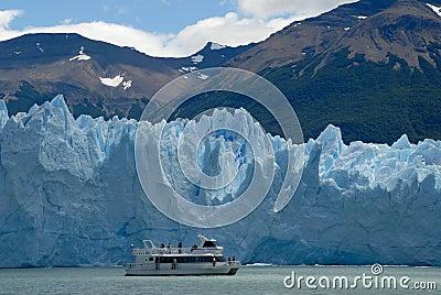Excursion ship near the Perito Moreno Glacier