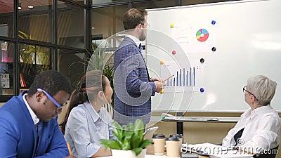 Executivo seguro masculino que apresenta o objetivo financeiro na instrução no escritório filme