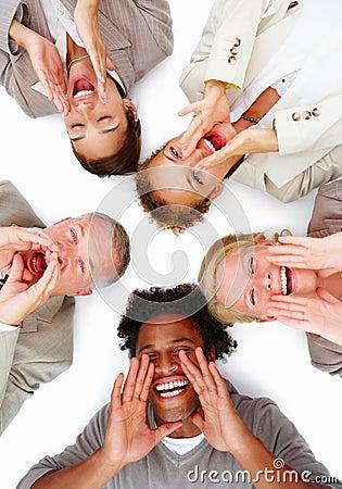 Executivos felizes que encontram-se no branco e que gritam