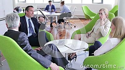 Executivos que t?m a discuss?o vídeos de arquivo