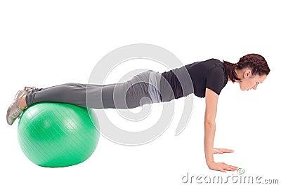 Exercício de Pushup com esfera da ginástica