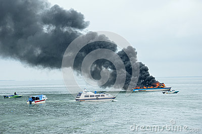 Expédiez le bateau sur le feu dans Tarakan, Indonésie Photographie éditorial