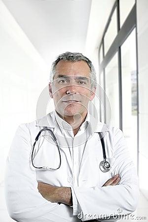 Expertise senior doctor hospital portrait