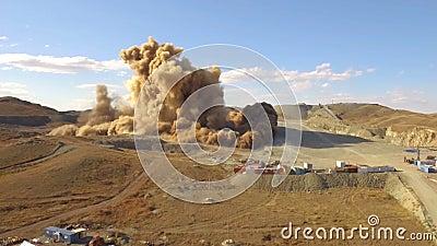 A explosão maciça aérea da vista A balança no deserto Estilhaços da sujeira e do metal no ar filme