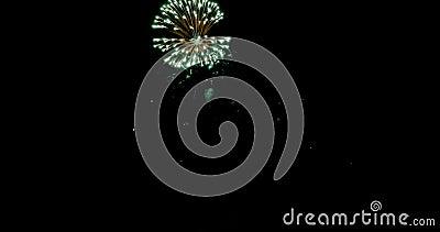 Explosion et lueur de feu d'artifice de célébration au-dessus de fond foncé avec l'obscurité et de grain traité banque de vidéos