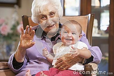 Explotación agrícola de la abuela su nieta en regazo