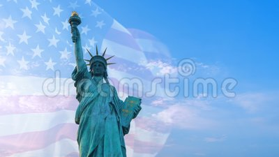 Exposición doble con la estatua de la libertad en el cielo azul y la bandera de los E.E.U.U. que soplan en el viento con el copys almacen de metraje de vídeo