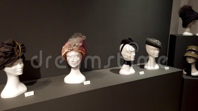 Exposici?n visual de los sombreros de las narrativas de Araceli Sancho almacen de video