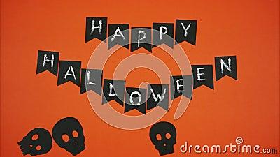 Exprese el feliz Halloween con los cráneos negros en un fondo anaranjado Pare el movimiento libre illustration