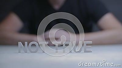 Exprese no verdad por las letras que se colocan en fondo gris Concepto verdad o falso metrajes