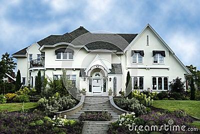 Ext rieur de la maison blanche de luxe de stuc photo stock for Maison en stuc