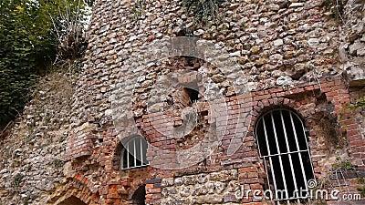 Exterior arruinado do convento de Beaumont le Roger, Normandy França, INCLINAÇÃO vídeos de arquivo