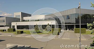 Exterior da fábrica moderna, exterior da planta moderna, panorama moderno da planta, construindo com as grandes placas de vidro,  vídeos de arquivo