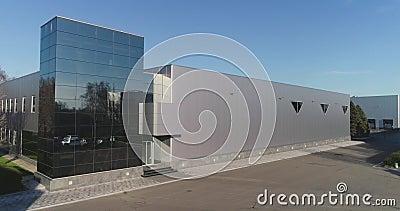 Exterior de un edificio moderno, cristal espejo negro en el interior de un edificio moderno almacen de metraje de vídeo