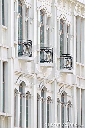 Extern van de witte bouw met balkon