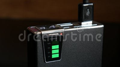 Externe batterij voor telefoon stock footage