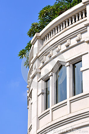 Externo blanco y ventanas del edificio