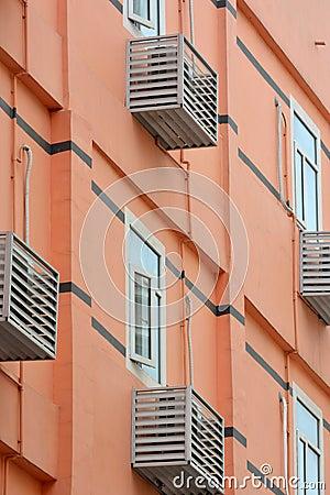 Edificio coloreado residencia con el acondicionador de aire