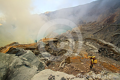 Extracting sulphur inside Kawah Ijen crater