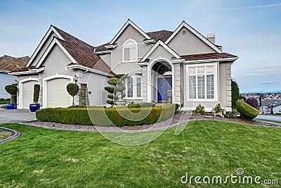 ext rieur de luxe de maison vue de porche d 39 entr e photo stock image 42488569. Black Bedroom Furniture Sets. Home Design Ideas