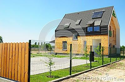 panneau solaire et chauffe eau solaire sur le toit moderne de maison avec des lucarnes et lucarne extrieure pour le rendement n photo stock image - Lucarne Moderne Et Toit Tuile
