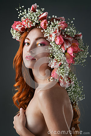 Free Eyed Redhead Girl With Bright Makeup And A Wreath Of Spring Flow Stock Image - 85038601