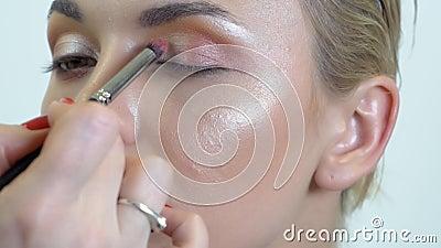 Eyes a composição nos olhos fumarentos da menina vídeos de arquivo