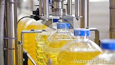 Fábrica de proceso del aceite de girasol La máquina industrial aprieta los casquillos en las botellas plásticas 4K almacen de video