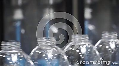 Fábrica del agua - línea de embotellamiento de agua para procesar y embotellar el agua de manatial pura en las pequeñas botellas  almacen de metraje de vídeo