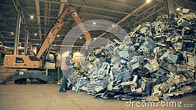 Fábrica eletrônica de reciclagem de lixo Inspetor de aterro está examinando um lixo de pilha vídeos de arquivo