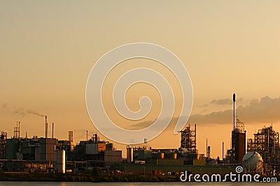 Fábrica en la puesta del sol