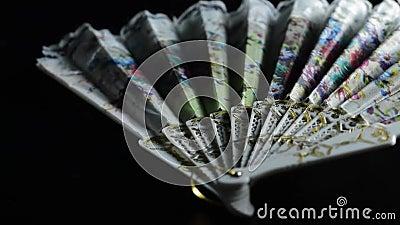 Fã de dobramento chinês para fundir o ar frio no calor à mão em um fundo preto video estoque