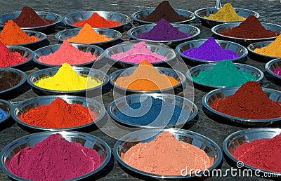 Färgrika tikapulver på indisk marknad