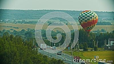 Färgrikt flyg för luftballong ovanför vägen lager videofilmer